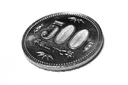 日焼け止めを顔に塗る量の目安の500円玉の写真