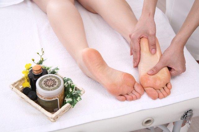 足裏マッサージをする女性の写真