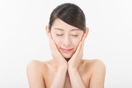 美白対策でメラニン色素の生成を予防する女性の写真