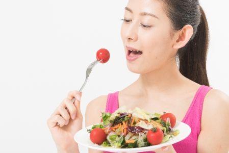 顔痩せの方法として食事で試している女性の写真