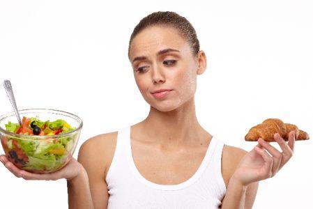 運動後の食事の注意点に気を使う女性の写真