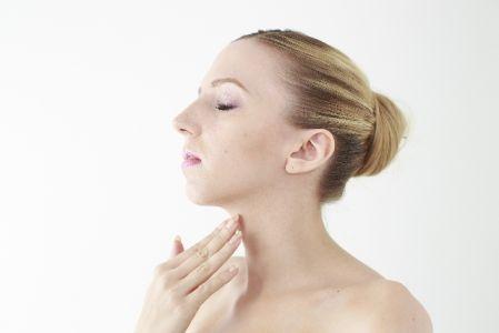日焼けで肌の回復を頑張る女性の写真
