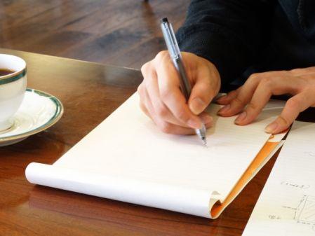 ストレス解消で文字を書く人の写真