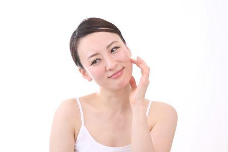 美白化粧品の選び方に悩む女性の写真