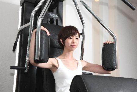 有酸素運動の前に筋トレを行う女性の写真