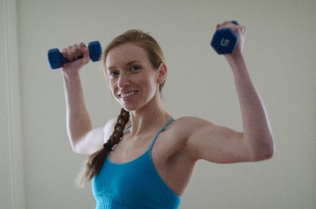 効果的に筋トレで筋肉を付ける方法を実践する女性の写真