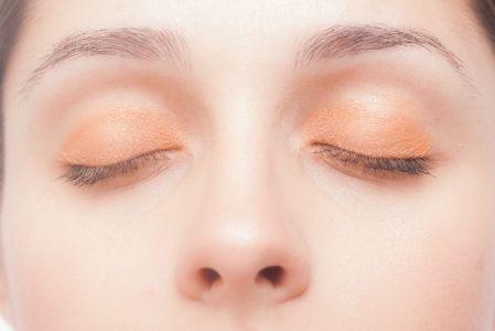 オロナインパックで小鼻の角栓が取れる事を実践している女性の写真