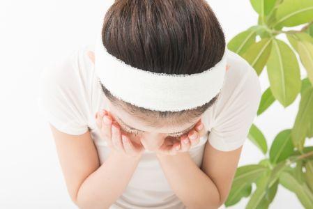 酵素洗顔で顔を洗う女性