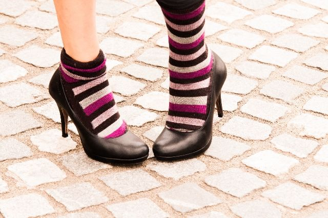 夏に靴下を履いている女性の足の写真