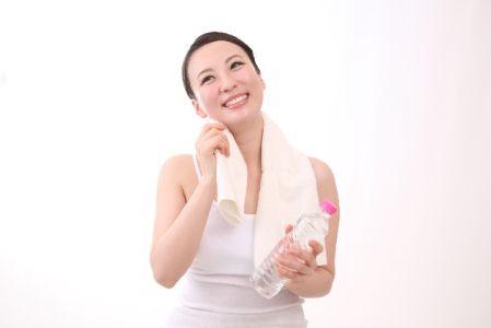 運動中の水分補給のポイントを意識して水を飲む女性の写真