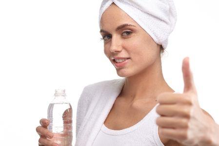 朝水を飲んで便秘を解消している女性の写真