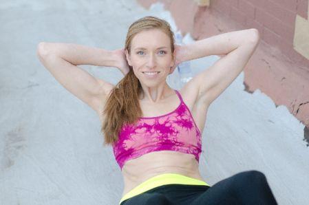 無酸素運動として腹筋運動をする女性の写真