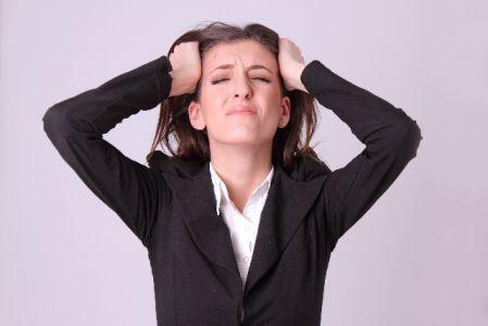 ストレスをためている女性の写真
