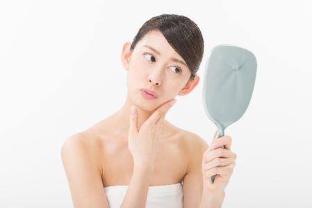 オロナインパックで毛穴の黒ずみ、角栓が取れる方法を考える女性の画像