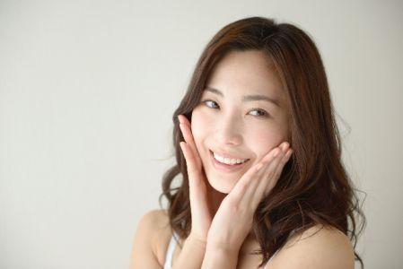 ピーリングの効果に満足する女性の写真