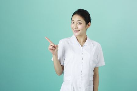 お肌を健康な状態にするポイントを紹介している女性の写真