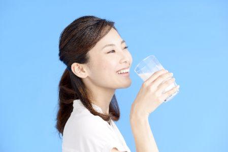 プロテインを効率的に摂る女性の写真
