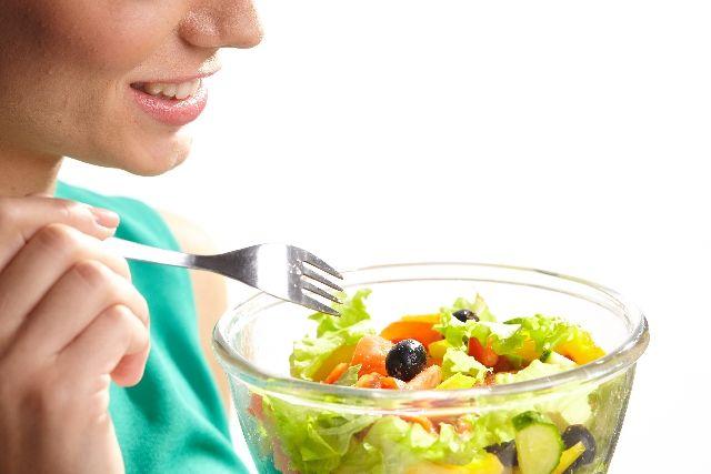 野菜を食べている女性の写真