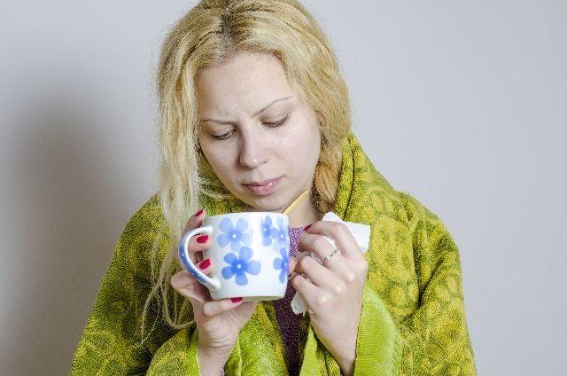 白湯を飲んでいる女性の写真