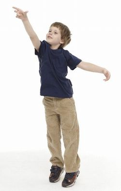 便秘解消の為、つま先立ちをする子供の写真