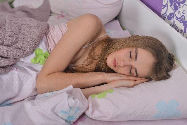 質の良い睡眠をとる女性の写真