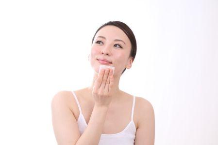 たるみ毛穴の対策でスキンケアを実践する女性の写真