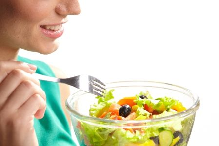 日焼けケアの栄養を含む食事を食べる女性の謝意sン