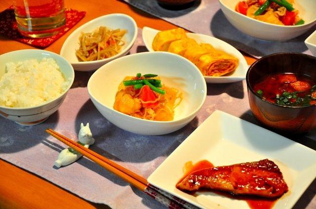 和食の食事をする写真