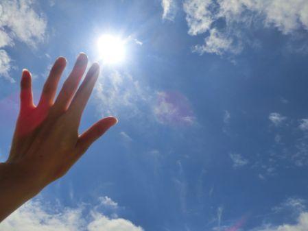 UV対策が気になり太陽光を手でさえぎる写真