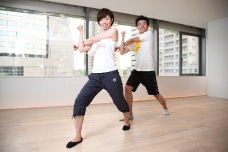 適度な運動でストレス解消で肌荒れ改善を目指す男女の写真