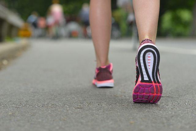 ウォーキングをする女性の足