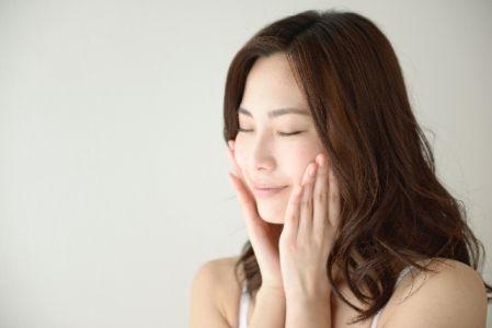 メラニン色素がシミとして肌に定着しないように気を使う女性のイメージ写真