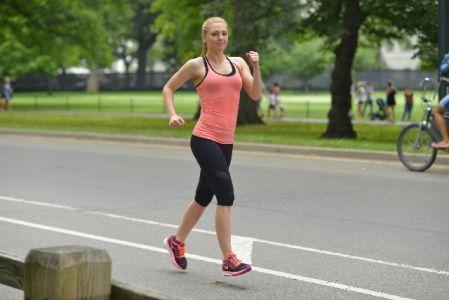 有酸素運動で歩いている女性の写真