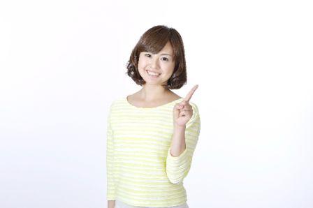 美白化粧品を購入する前のチェックポイントを紹介する女性の写真