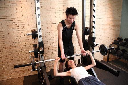 スポーツジムでトレーニングをしている女性の写真