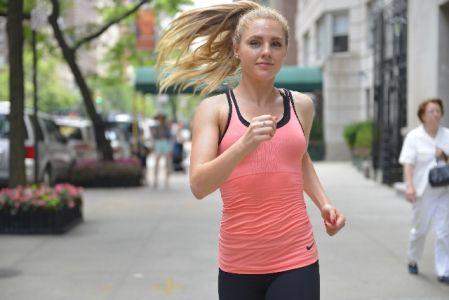 有酸素運動をする女性の写真
