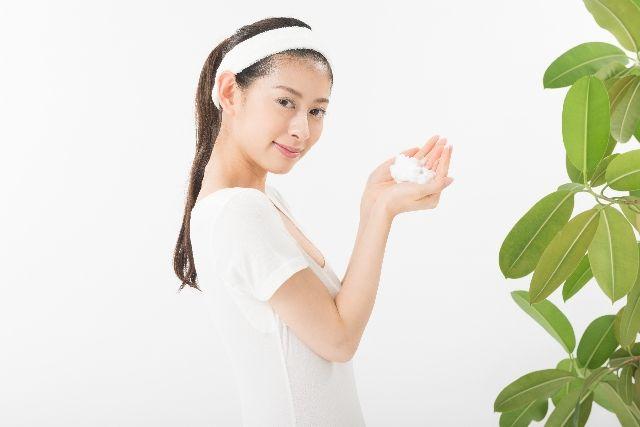 泡立たない洗顔料を使う女性のイメージ写真