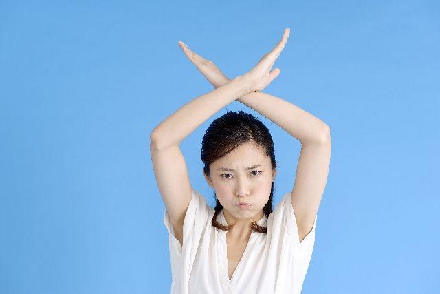 オロナインと毛穴パックの危険性や注意点を説明する女性の写真
