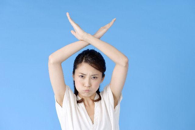 洗顔ブラシの注意点や危険性について説明する女性の写真