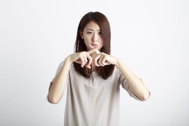 角栓培養の注意点、危険性を説明する女性の写真