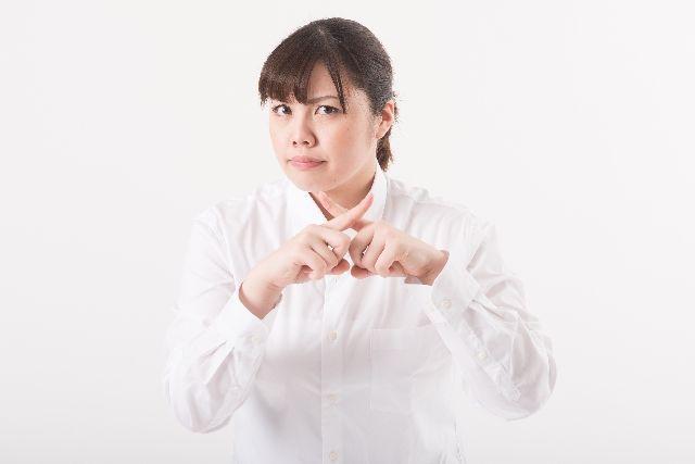 オリーブオイルマッサージの注意点を説明する女性の写真