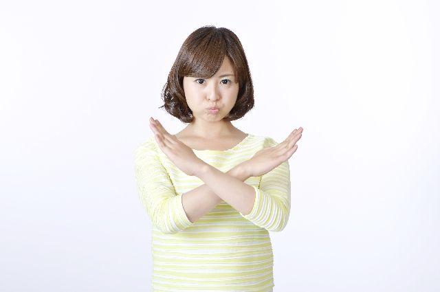 ワセリンパックの注意点、危険性を説明する女性の写真