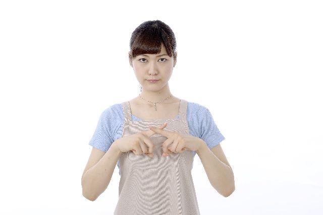 ピーリングの注意点や危険性を説明する女性の写真