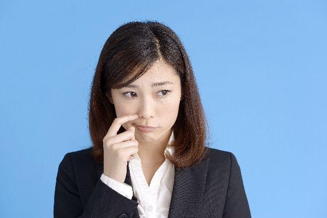 鼻の角栓の主成分は何か、鼻を気にする女性の写真