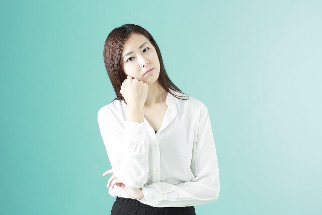 なぜ、洗顔が必要なのか?考える女性の写真