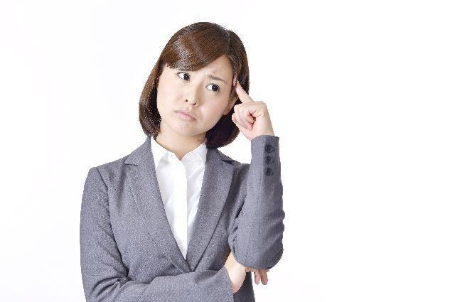 ホホバオイルを使うメリットとは何かを紹介する女性の写真