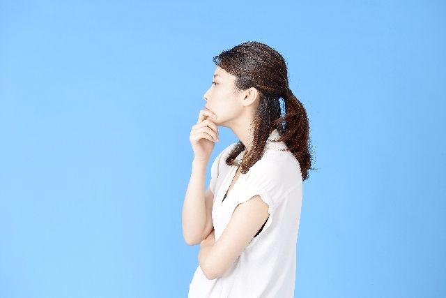 お肌のターンオーバーとは何か考える女性の写真