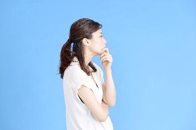 スキンケアで期待できる重曹の効果を考える女性