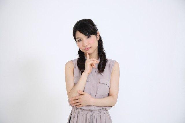酵素洗顔のメリットや利点とは何か考える女性の写真