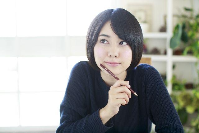 鼻の角栓が出来る原因と解消法を考える女性の写真
